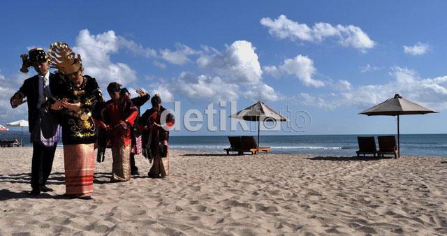 Warga Batak Pamer Tari Tor-tor di Pantai Kuta