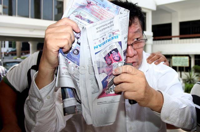 Menutup Wajah, Buron Korupsi Rp 5,6 M Ditangkap