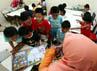 Sejumlah anak Panti Sosial Asuhan Anak (PSAA) Tunas Bangsa, mengisi kegiatan dengan belajar didampingi guru di ruang aula Panti Sosial Jompo, yang dipinjam sementara karena gedung Panti Sosaial Asuhan Anak Balita Tunas Bangsa sedang direnovasi.