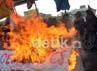 Mahasiswa yang menamakan kelompoknya Jong Celebes membakar keranda bertuliskan SBY-Boediono Koruptor di bawah fly over. Muhammad Nur Abdurrahman/detikcom.