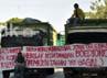 Mahasiswa menyandera tiga truk untuk dijadikan mimbar bebas di tengah perempatan jalan AP Pettarani-Urip Sumoharjo dan pintu tol. Muhammad Nur Abdurrahman/detikcom.