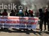 Mahasiswa memblokir pintu masuk dan pintu keluar jalan tol dari arah jalan AP Pettarani. Muhammad Nur Abdurrahman/detikcom.