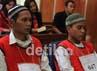 (Ki-ka) terdakwa 2 Kris Bayudi dan terdakwa 1 Rahmat Awifi mendengarkan pembacaaan vonis hakim.