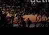 Wisatawan menikmati panorama Pantai Labuan Bajo dengan sunset indahnya.