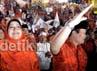 Hidayat dan istrinya menyapa ribuan pendukungnya. Hidayat yakin merebut kursi gubernur dari incumbent Fauzi Bowo.