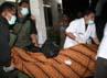 Jenazah WN Malaysia dimasukkan ke dalam ambulans. Khairul Ikhwan/detikNews