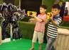 Dua orang anak sedang membidik target dalam permainan tembak-tembakan di Trand Studio Mall (TSM), Bandung. Tya Eka Yulianti/detikBandung.