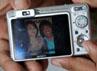 Pak Tarno memamerkan foto sang kekasih saat ditemui di Studio RCTI, Kebon Jeruk, Jakarta Barat. Pesulap dengan tagline Tolong dibantu ya itu mengaku berhubungan dengan Sri lewat telepon. Gusmun/detikHot.