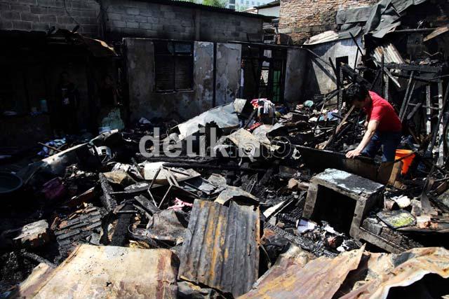 Korban Kebakaran Mencari Barang Sisa