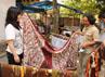 Beberapa wisatawan asal Jepang melihat proses pembuatan batik Tegalan di Kelurahan Kalinyamat Eetan, Tegal. (Tomi).