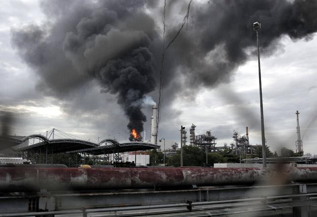 Duarrr...Kilang Minyak di Bangkok Meledak