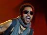 Lenny tampak asik memainkan gitarnya. Carlos Alvarez/Getty Images.