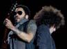 Sesekali ia berinteraksi dengan gitaris Craig Ross di pentas. Carlos Alvarez/Getty Images.