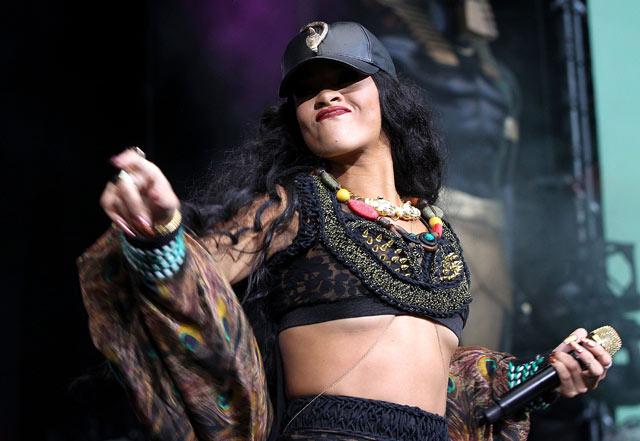 Penampilan Enerjik Rihanna di Atas Panggung
