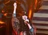 Tampil di Barclaycard Wireless Festival, rambut Rihanna panjang, keriting, dan hitam. Danny Martindale/Getty Images.