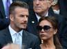 Pesepakbola, David Beckham tampak rapi dengan jas dan dasi. Sedangkan sang istri, Victoria memamerkan tubuh langsingnya dengan dress bernuansa hijau lumut. AFP PHOTO/Leon Neal.