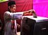 Hendardji dan istri memasukkan surat suara ke kotak suara.