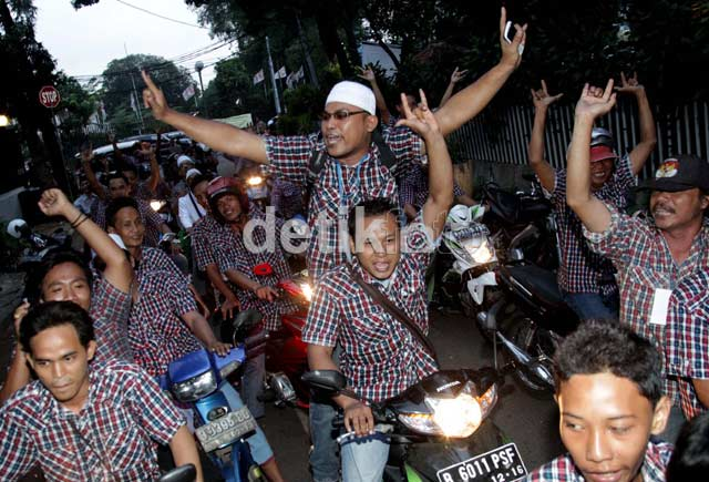 Menang Quick Count, Pendukung Jokowi Konvoi