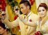 Dalam acara resepsi tersebut juga mereka bersulang sebagai tanda perayaan kebahagiaan.