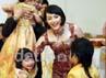 Sesampianya di tempat resepsi, Pasha dan Adel langsung menyapa anak-anak Pasha hasil pernikahannya dengan Okie Agustina.