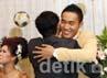 Pasha yang notabenenya mantan suami dari Okie Agustina itu langsung memeluk dan mengucapkan selamat kepada Gunawan Dwi Cahyo.