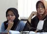 Wa Ode nampak serius mendengarkan keterangan Fahd El Fouz. Ramses/Detikfoto