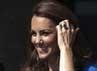Kate terlihat ceria dengan dibalut dress biru yang dipadukan dengan aksesoris kalung. Reuters/Ki Price.