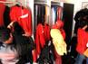 Fans Ariel memburu Merchandise di distro di Jalan Sumbawa, Kota Bandung, Jawa Barat. Menurut Dhian Boy (21), salah satu penjaga toko, keuntungan yang didapat 2 kali lipat dibanding hari biasa.