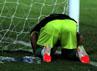 Gagal mencetak gol, Andik pun langsung menyesalinya di bawah tiang mistar. (Budi Sugiharto/detikcom).
