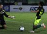 Lolos dari jebakan offside, ia menggiring bola menuju gawang dari sisi kiri. Tetapi Andik telat menyepak bola sehingga sudah terlalu dekat dengan kiper dan peluang pun terbuang. (Budi Sugiharto/detikcom).