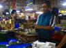 Maman (59), salah seorang pedangan tahu dan tempe di Pasar Kosambi, Bandung. (Djuli Pamungkas/detikBandung).