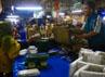 Maman (59), melayani konsumen yang membeli tempe di kiosnya di Pasar Kosambi, Bandung, Rabu (25/07/2012). Minimnya pasokan tahu, memaksa Maman hanya mengandalkan menjual tempe yang diproduksi sebelum aksi mogok produksi terjadi. (Djuli Pamungkas/detikBandung).