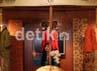 Seorang pengunjung sedang melihat dan memilih motif dan corak Batik Kudus untuk dibelinya.