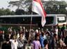 Massa masih terus melakukan aksi protes tol Jatibening, Bekasi.