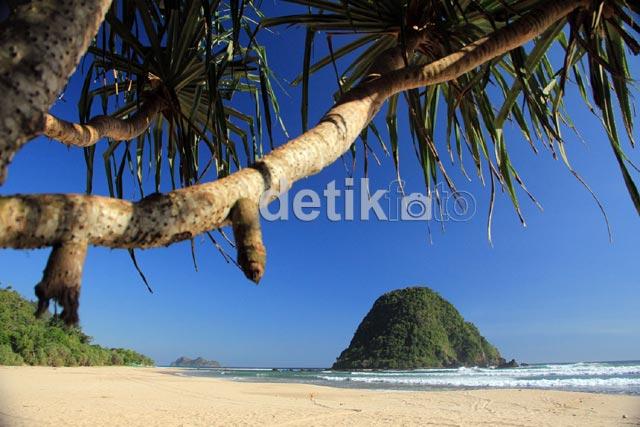 Mengunjungi Pantai Pulau Merah