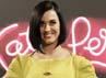 Katy Perry tampak seksi dengan bolongan di bagian depan dressnya. Reuters/Ricardo Moraes.