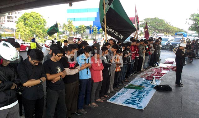 Mahasiswa Makassar Salat Gaib untuk Rohingya