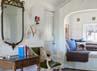 Kamar milik anak laki-laki Reese di lengkapi dengan meja antik dan karpet dari Turki. (dok. ELLE Decor)