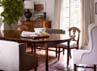 Ruang makan yang sangat mewah dilengkapi bangku panjang berlapis kulit . (dok. ELLE Decor)