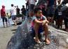 Warga banyak yang penasaran  dan nekat duduk menaiki  punggung ikan hiu paus atau  hiu tutul tersebut. (Bagus  Kurniawan/detikcom)