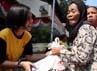 Seorang warga membawa paket sembako yang dibelinya. Paket sembako tersebut berisi 3 kg beras, 1 liter minyak goreng, 1 kg gula pasir, 1 kg tepung terigu dan 1 kaleng sarden.