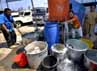 Warga korban kebakaran menerima bantuan air bersih dari PT Palyja. (Yogi).