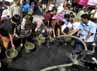 Warga korban kebakaran mengantre untuk mendapatkan air bersih. (Yogi).