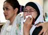 Salah satu keluarga mengusap air mata yang membasahi pipinya dengan tisu. (Ramses/detikcom).