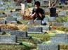 Seorang warga memanjatkan doa di makam keluarganya. (Ramses/detikcom).
