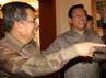 Jusuf Kalla menyambut kedatangan Menkokesra Agung Laksono dan mantan Menteri Pemuda dan Olahraga Adiyaksa Dault. (Ramses/detikcom).