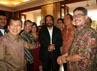 Jusuf Kalla berbincang dengan para tamu yang menghadiri open house, antara lain Surya Paloh, Theo Sambuaga, Ferry Mursyidan Baldan, dan Hajriyanto Tohari. (Ramses/detikcom).
