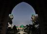 Masjid berusia ratusan tahun ini mempunyai dua menara yang tingginya sekitar 25 meter yang mengapit aula utama.