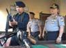 Mudji memeriksa kepiawaian anggota Brimob mengoperasikan senapan serbu SS-1 di pos markas Detasemen C Brimob Bone. Mudji meminta anggotanya tidak takut menghalau serangan lawan.