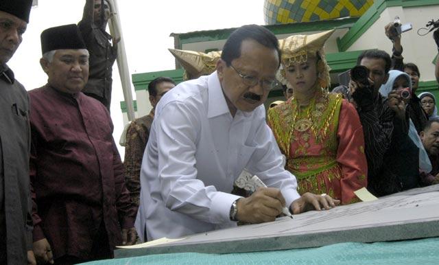 Foke Resmikan Sekolah di Padang
